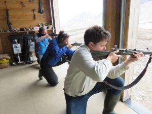 Martine, Frits en Michiel tijdens de schiettraining