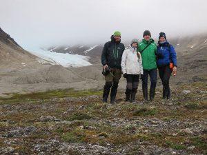 Groepsfoto bij een gletsjer