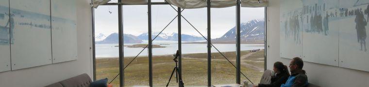Lounge met foto's van de expeditie van Amundsen en Nobile