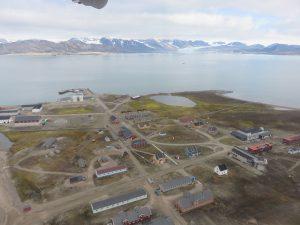 Ny-Ålesund vanuit het vliegtuig