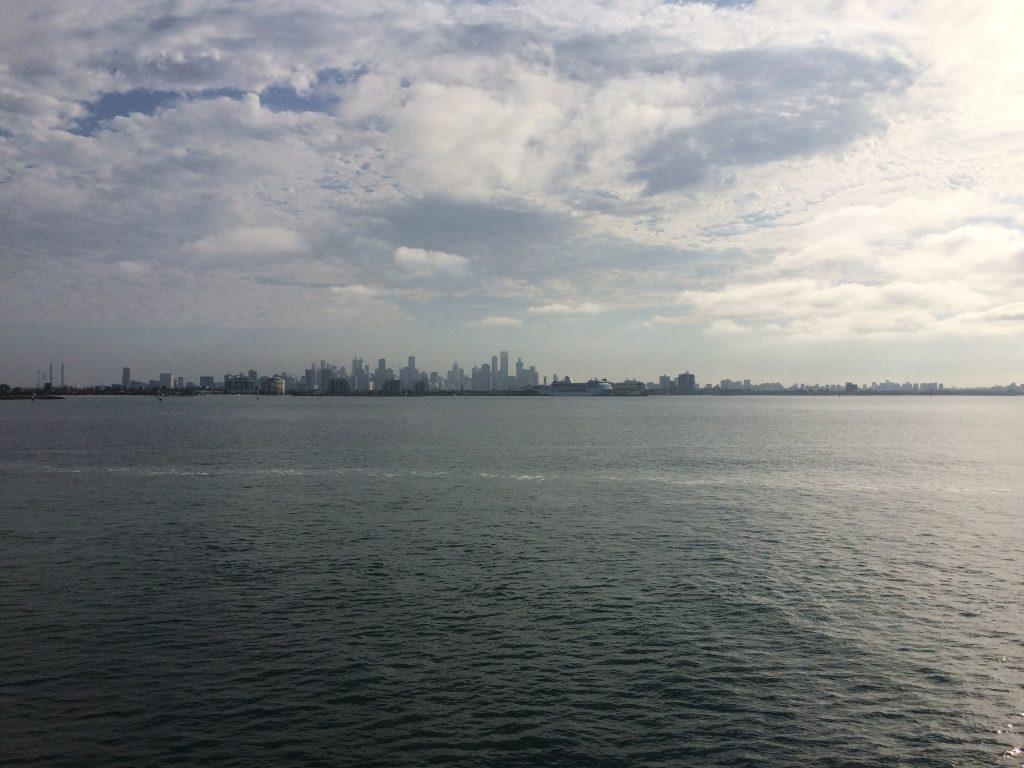 De skyline van Melbourne is onze eerste aanblik van de bewoonde wereld (© Marin van Regteren/FAJ)