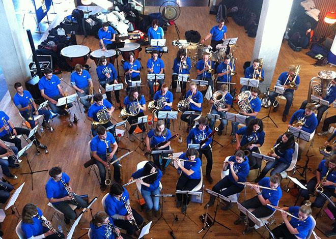 De eerste collegeweek is meteen al hard werken. Maar ergens lid van worden, bijvoorbeeld van een orkest, is ook aan te raden.